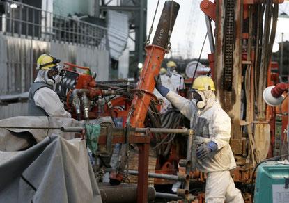 Arbejder rydder op i området rundt om Fukushima