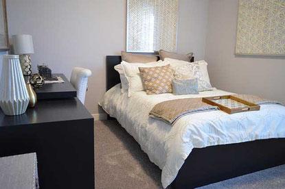 Gemütliches Schlafzimmer mit frisch gemachtem Bett