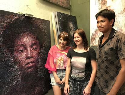 Zu Besuch in der Galerie von Adam: Adams Frau Yupapin, Susanne Höhne, Künstler Adam