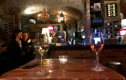 In der Doblo Wine Bar in Budapest