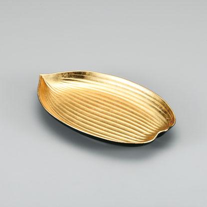 裏面をみどり色に 清涼感を表現した笹型の金箔盛皿です