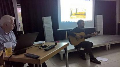 Klaus Leutner (l.) hielt einen eindrucksvollen Vortrag, welcher später von Jonathan Scherbarth (r.) musikalisch umrahmt wurde