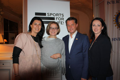 v.l.n.r.: Renate Altenhofer (maXiconvienna), Landeshauptfrau Johanna Mikl-Leitner, Gerhard Hrebicek (Präsident European Brand Institute) und Heidemarie Kipperer (Lyoness)