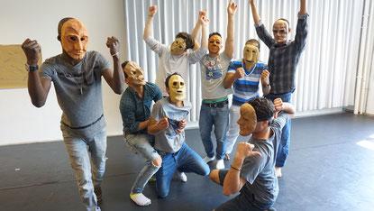 Theaterspiel in Bielefeld: Internationale Klasse auf der Bühne des Stadttheaters. (Foto: Theater Bielefeld)