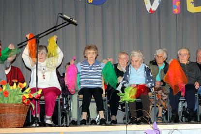 """Die Senioren präsentieren den Tüchertanz """"Hier tanzt Lulu""""."""