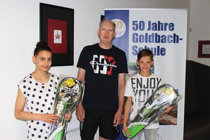 Die Sieger des Sponsorenlaufs: Tabita Schuff und Moritz Klein mit Sportlehrer Ottmar Berger.