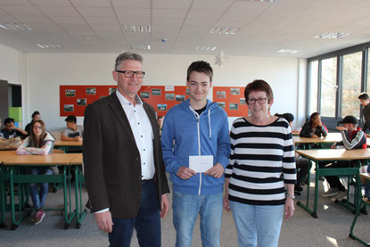 Tom Nordhausen (8R1) erhält für seine tolle Leisrtung beim Mathematikkreisentscheid einen Gutschein.