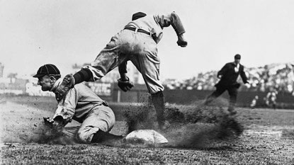 Nella foto Ty Cobb ruba la terza base (Photo by Charles M. Conlon/Sporting News.)