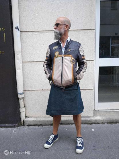 Superbe kilt en jean de la marque Sous les Jupes des Hommes, un look à la fois street wear et décontracté. La couleur ou la taille ne voux correspond pas, nous réalisons tous nos produits sur mesure.