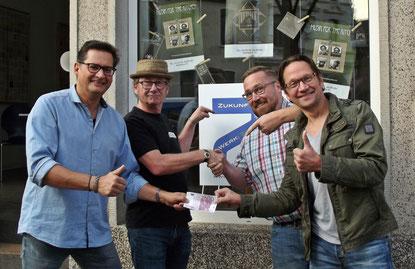 Frank Müller, Matthias Istas, Fred Leven, Carsten Neifer und eine Spende über 500,-- Euro.
