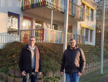 Ortsvorsteher Axel Schmidt (links) und CDU Vorsitzender Andreas Thon vor der Kindertagesstätte Regenbogen in Kirchheim