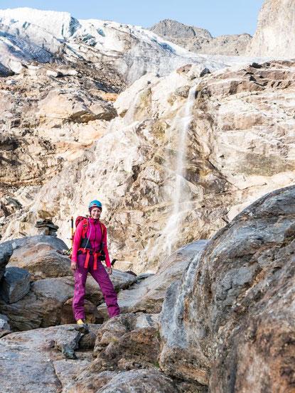 Am Wasserfall vorbei, stiegen wir über die Felsen an den Gletscherrand