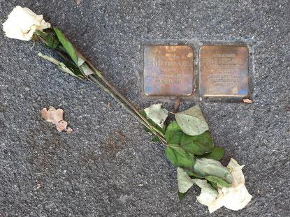 Stolpersteine von Adolf und Anne Dessauer in der Uhlandstraße 16, Bild: Maren Brugger.