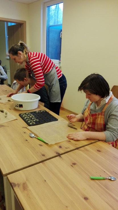 Im Tageszentrum werden mit den Klienten Kekse gebacken