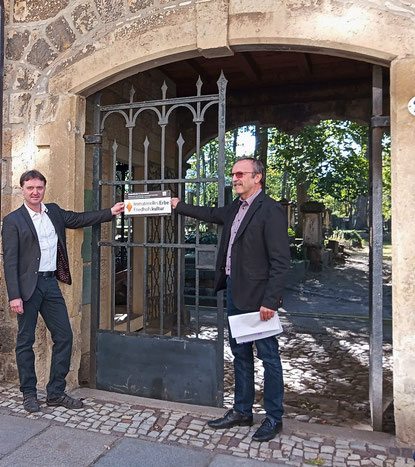 """Ab heute nicht nur in Dresden zu finden: Das Schild zur Kennzeichnung der Kulturerbestätte """"Friedhofskultur"""""""