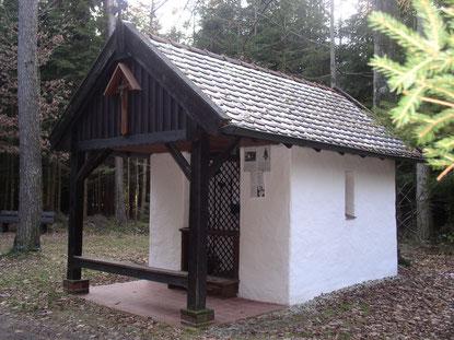 Die kleine Corona-Kapelle mitten im Wald ist ein beliebtes Ziel für Bittgänge