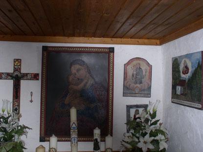 Im Innenraum der kleinen Waldkapelle befindet sich ein Bild der Heiligen Corona