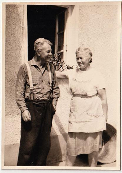Meine Eltern Karl und Katharina Giglinger. Meine Mutter trug meist eine Schürze, nur zum Gang in die Kirche zog sie sich festlich an.
