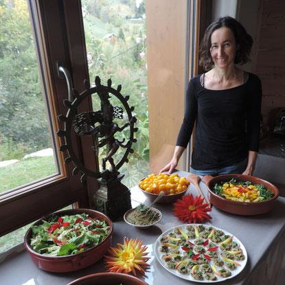 Mariette devant un buffet coloré et appétissant décoré avec des fleurs de Dahlias