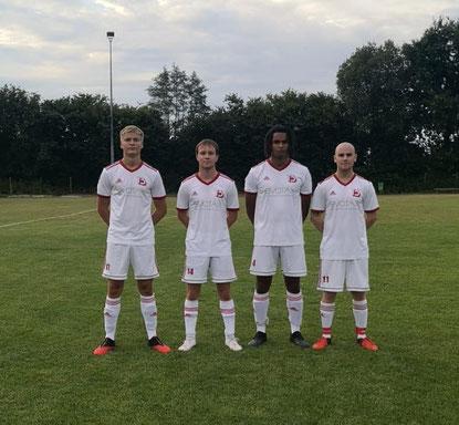 Von links die Neuzugänge Ole Behnke (Bargfelder SV), Kai Uwe Glantz (TSV Bargteheide), Daniel Kampmann (Bargfelder SV), Max Matschunas (FC Ahrensburg). Nicht im Bild: Peter Stellmach (FC Ahrensburg)