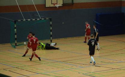 Das 1:0 durch M. Adler gegen Hoisdorf 3. Foto: H. Meincke.