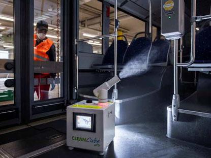 Die Busse der VZO werden jede Nacht mit einem Spezialgerät desinfiziert. Bild: VZO