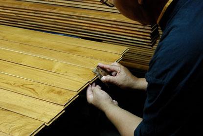 写真:手作業で角を削る