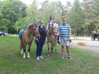 v.l.n.r. Pony Charlotte, Janine, Pony Fee mit Miriam und Dennis;     Foto: Florian
