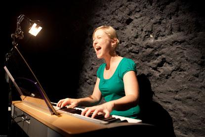 Helen Röösli singt und begleitet sich dabei auf dem E-Piano.