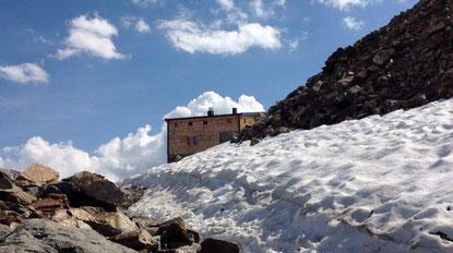 Pause Rast Braunschweiger Hütte Similaun Hütte im Schnee Juli Grenze Italien Osterreich Alpen E5 Berge Wandern
