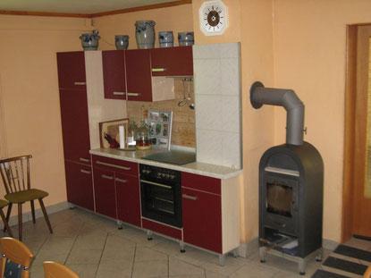 Kaminofen und Küchenzeile