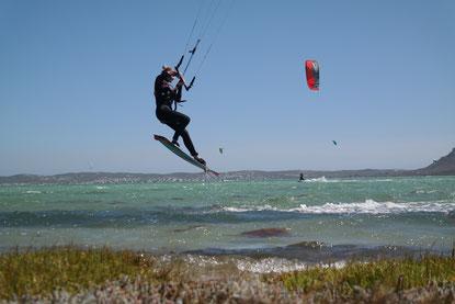 Kiter springt über Wellen in SPO