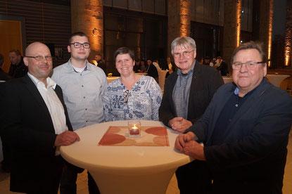 Noah Dieckmann (2. von links) mit seinen Eltern sowie Ausbilder Udo Sturm (2. von rechts) und Kfz-Meister Gert-Uwe Hahn.