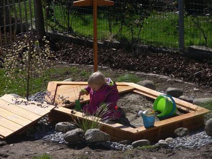 Unsere Tochter testen den neu angelegten Sandkasten.