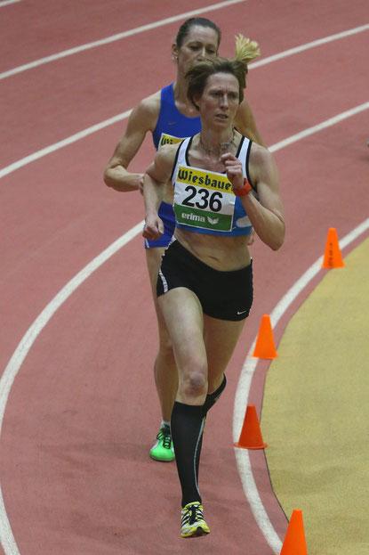 Elisabeth Pöltner-Holkovic, ca. 130m vor dem Ziel an dritter Stelle liegend im 3000m Rennen.