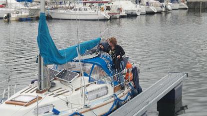 mit dem Segelboot im Hafen