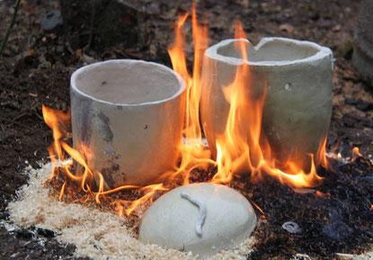 Urnen nach der Entnahme aus dem Raku Brennofen vor der Reduktion
