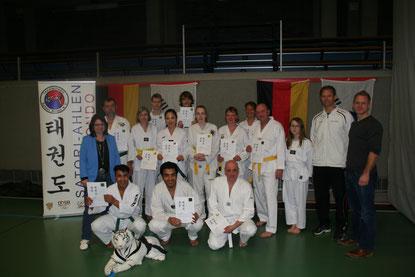 Freudige Gesichter bei der Jugendlichen- und Erwachsenengruppe sowie Prüferin Carmen Spiekermann (links), Trainer Jörg Krieter (rechts) und 1. Vorsitzende Robin Dekker (rechts)