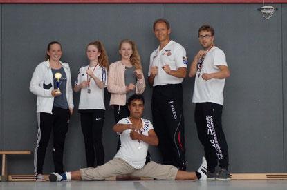 Bild von links: Laura Schillo, Lilian Michelswirth, Emily Michelswirth, Coach Jörg Krieter, Benjamin Symalla unten: Mahdi Kazermi