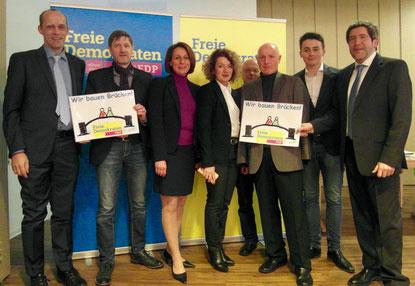 Alexander Buda (links) und Ulrich van Bebber (3. von rechts) fordern gemeinsam mit weiteren FDP-Vertretern eine neue Rheinquerung