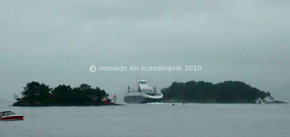 Le ferry se glisse entre les îles