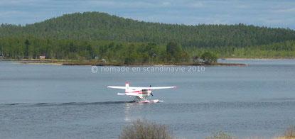 L'hydravion permet de parcourir de longues distances, en se posant sur les nombreux lacs.
