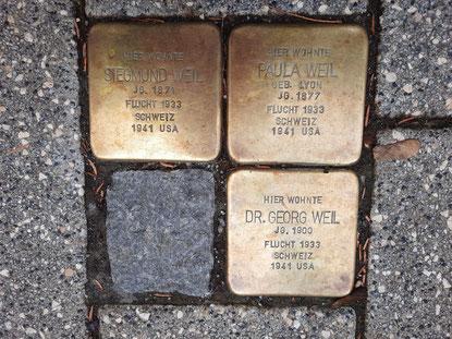 Stolpersteine für Siegmund Weil, dessen Ehefrau Paula und deren Sohn Dr. Georg Weil, Bild: Maren Brugger.