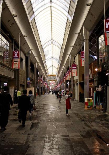 Le shotengai de Shinkiogoku, le sol vient d'être lavé et les commerçants disposent leur étal (et les prennent en photo)