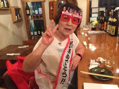 美味しいお刺身と日本酒で上機嫌の看板娘。
