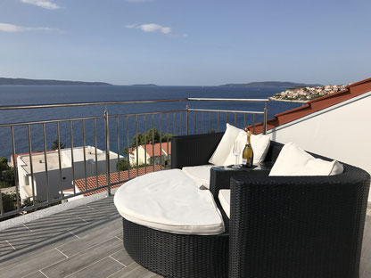 The roof terrace offers an undisturbed view over the sea. From here you can see other islands, the beach and lots of water.
