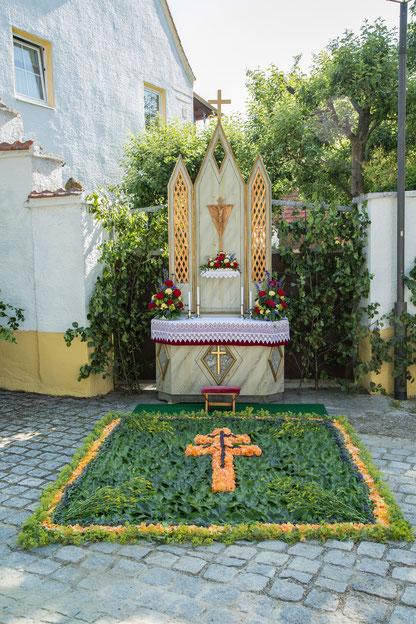 Der Blumenteppich zeigt das Scheyrer Kreuz