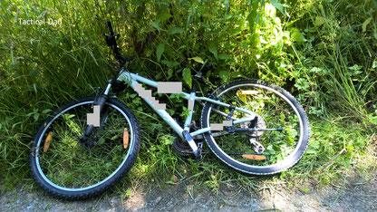 Das Fahrrad von einem Täter. Es wurde nach der Festnahme zunächst vor Ort belassen.