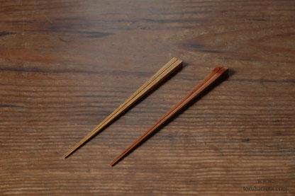 胡麻竹箸(左)と煤竹箸(右)いずれも拭き漆仕上げ