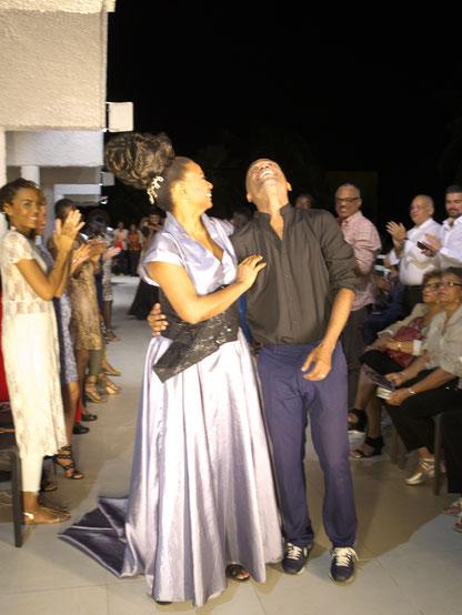 Mounia Orosemane, artiste et ancienne égérie d'Yves Saint-Laurent et le styliste Kevin O'Brian en plein bonheur à la fin du défilé. (Photos : Célia Labry)